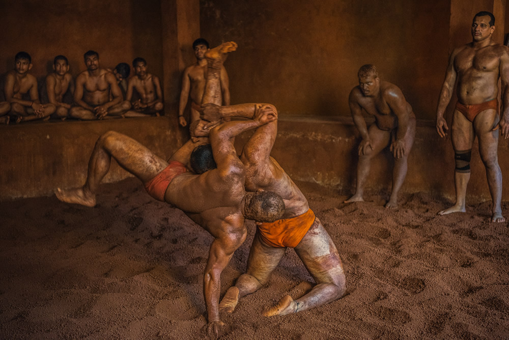 Mud wrestling - Tempting sports
