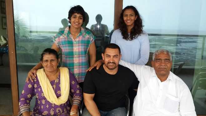 Aamir-Khan-with-the-Phogat-family