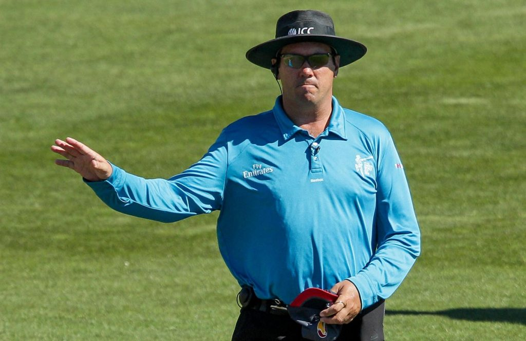 Umpire signalling 4 kreedon