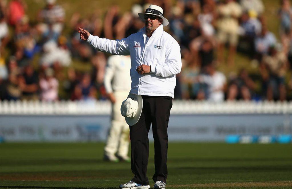 Umpire signals No Ball kreedon