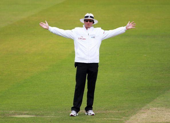 Umpire signals wide ball kreedon